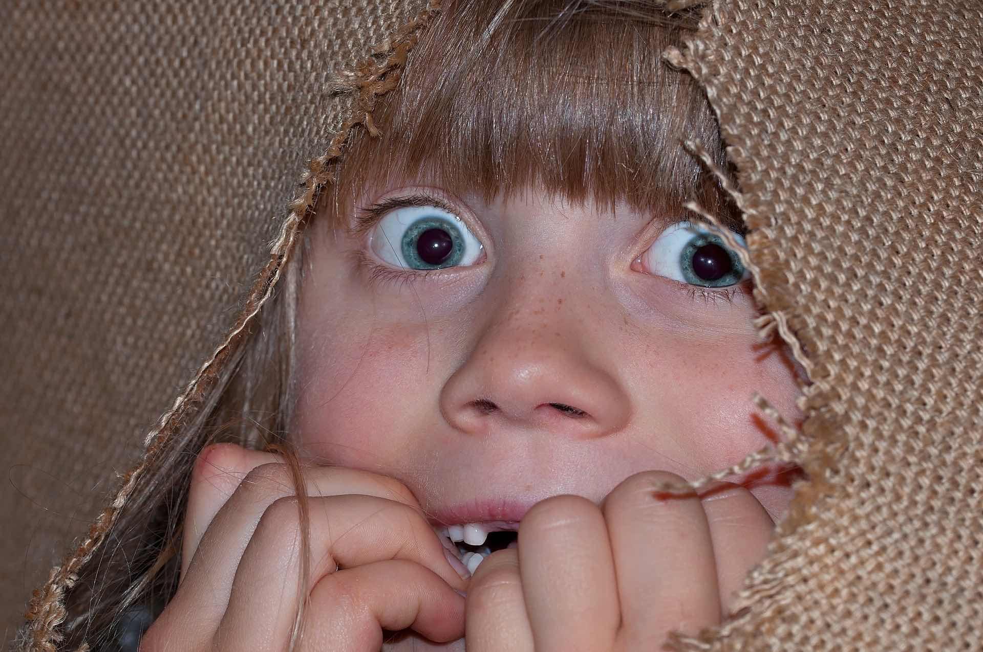 驚愕する少女の写真