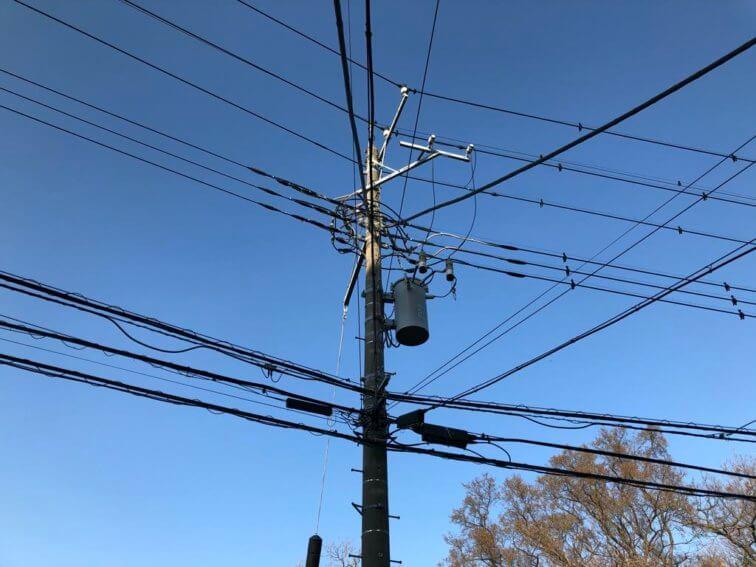 近隣の電柱と光ファイバー線